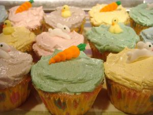 800px-Easter_cupcakes_topped_with_carrots,_bunnies,_and_ducks