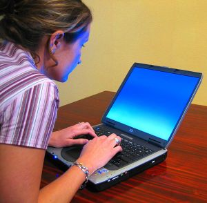 611px-Woman-typing-on-laptop2