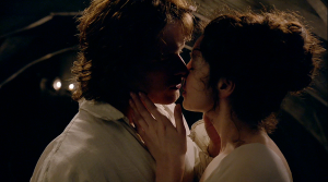 outlander-1x07-the-wedding-jamie-and-claire-kiss-sonya-heaney